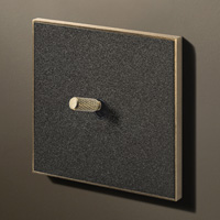 Textured black / Brass (knurled)